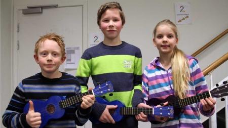 Sander (11), Simen (12) og Benedikte (11) er strålende fornøyd   med å kaste blokkfløyta - og få opptre i God morgen Norge med ukulelespilling.   (Foto: Stine Eriksen)