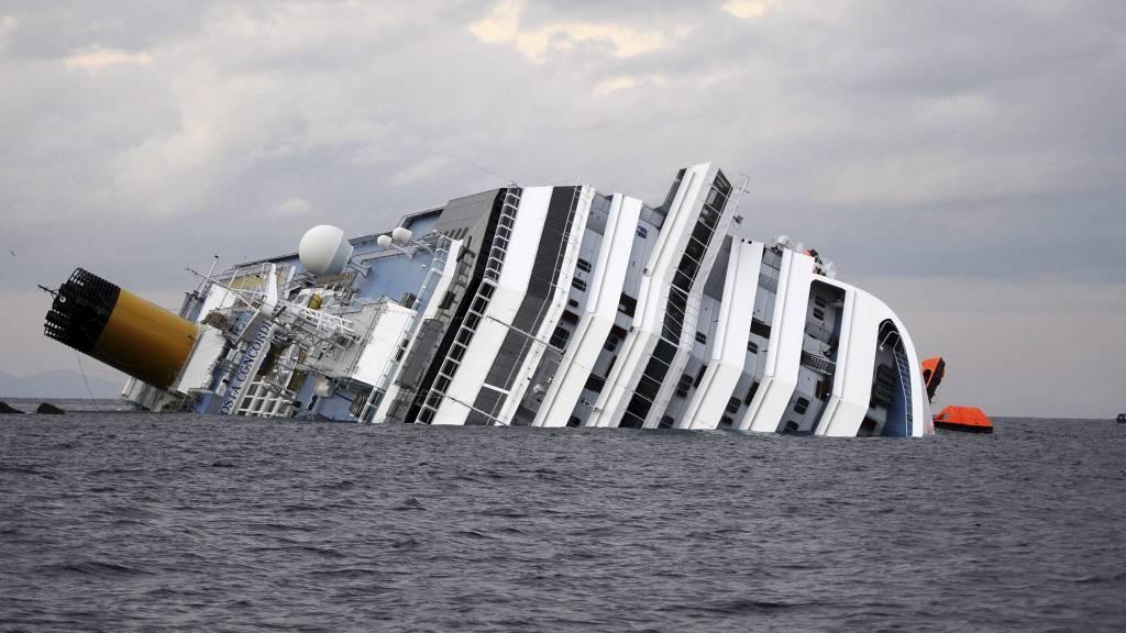 KAN HA VÆRT OPPVISNING: Italienske medier mener kapteinen om bord i det forliste cruiseskipet ville imponere befolkningen på land. (Foto: FILIPPO MONTEFORTE/Afp)