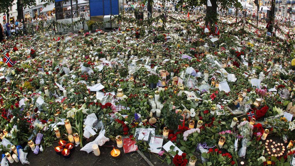 Her fra blomsterhavet utenfor Domkirken hvor det norske folk la ned blomster, brev og tente lys til minne for ofrene.   (Foto: Scanpix)