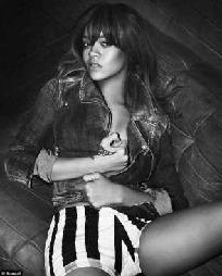 DENIM: Rihanna er også modell for Armanis denim-kolleksjon.