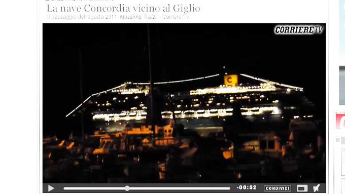 OPPVISNING: Cruiseskipet passerer svært nære land. I forgrunnen vises bebyggelsen. Mellom husene og skipets skrog vises den korte avstanden til land. (Foto: faksimile, video.corriere.it)