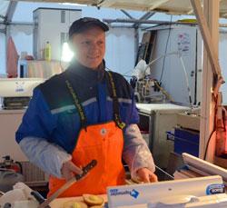 Rolandos Bujkys selger fisk på Torget, og skulle gjerne hatt tykke og varme ullvotter. - Jeg har frosset sånn på hendene at følelsen forsvinner.  (Foto: Marcus Mjelva Fjæreide)