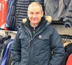 Tore Verlo anbefaler en jakke som både er varm og tåler vann. (Foto: Marcus Mjelva Fjæreide)