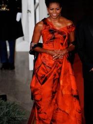 SÅ RØDT: Michelle Obama er glad i sterke farger. Her i en blodrød   kreasjon signert Alexander McQueen ved en mottakelse i Det hvite hus.