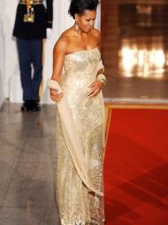 DET ER GULL ALT SOM GLIMRER: Michelle Obamas gull- og kremfargede   kjole som hun brukte under middag med den indiske statsministeren er   designet av den indiske designeren Naeem Khan.
