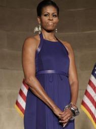 I KONGEBLÅTT: Michelle Obama i en blå halterneckkjole signert   Reed Krakoff under Pritzker Architecture Prize Event i Washington.