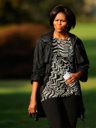 TRENDY TIL HVERDAGS: MIchelle Obama er like stilsikker til hverdags   som til fest. Her i et grafisk antrekk i sort og hvitt.