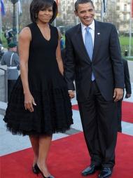 DEN LILLE SORTE: Alle kvinner bør ha minst en utgave av «den   lille sorte» i klesskapet sitt. Michelle Obama har opptil flere. Førstedamen   ser ut som en Hollywood-stjerne i denne sorte kjolen med volumiøst skjørt   som hun bar under et besøk i Tyskland.