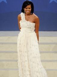 DRØMMEKJOLEN: Michelle Obamas mest kjente antrekk er kanskje   kjolen hun bar da Barack Obama fikk sin innvielse som president. Den   florlette kreasjonen er desinget av den kinesisk-amerikanske designeren   Jason Wu, som på kort tid har fått et stort navn i motebransjen.