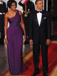 GUDINNE I LILLA: Michelle Obama minner om en gresk gudinne i   denne asymmetriske kjolen i dyplilla fra den New York-baserte designeren   Doo-Ri Chung.