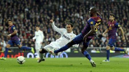 Abidal scorer mot Real Madrid (Foto: DANI POZO/Afp)