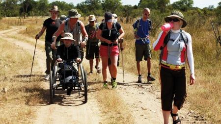 TØFT: Både terrenget og den brennende heten er en utfordring for deltakerne.