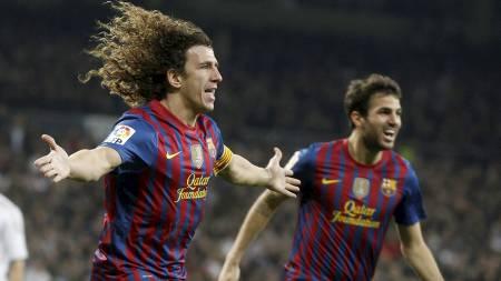 Carles Puyol og Cesc Fabregas jubler over førstnevntes utligning mot Real Madrid. (Foto: SERGIO PEREZ/Reuters)