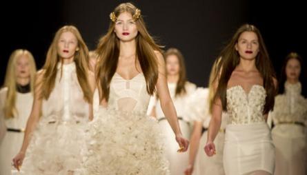 BRUDEKJOLER: Da designerduoen Kaviar Gauche viste brudemote   under Berlin Fashion Week var det én brudekjole som skilte seg fra resten...