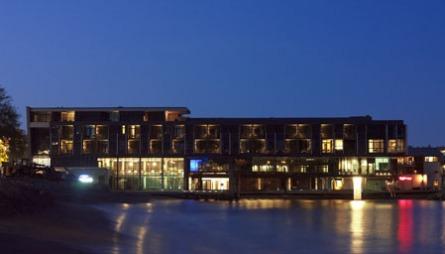 IDYLLISK: Farris Bad ligger på bystranda i Larvik, med én fot på land og én fot i vannet.