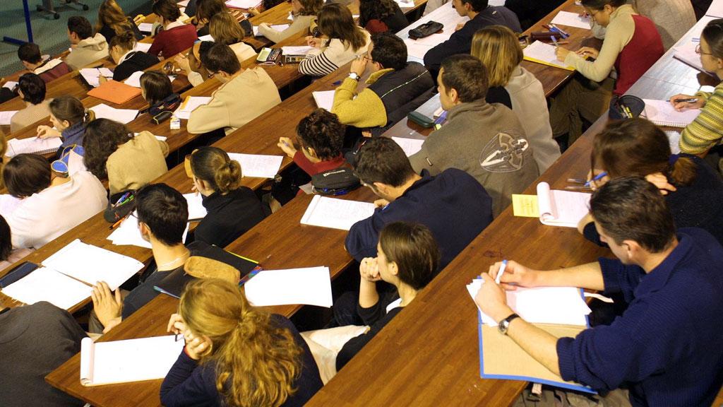SVARTELISTET: Jukser du på eksamen blir du nå oppført på en felles liste som deles ut blant alle utdannelsesinstitusjoner i Norge. (Illustrasjonsfoto). (Foto: Colourbox)