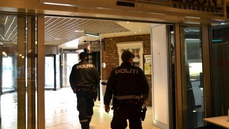 POLITI: Væpna politi jaktar no på gjerningsmannen som knivstakk ei kvinne inne på restauranten Egon ved Byporten i Oslo. (Foto: Espen Eide/TV 2)
