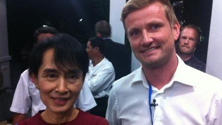 POPULÆR: TV 2s reporter Bent Skjærstad trur Aung San Suu Kyi har ein god sjanse til å få ein plass i nasjonalforsamlinga når ho stiller til suppleringsval i april. ¿ Ho er enormt populær her, seier han. (Foto: TV 2)