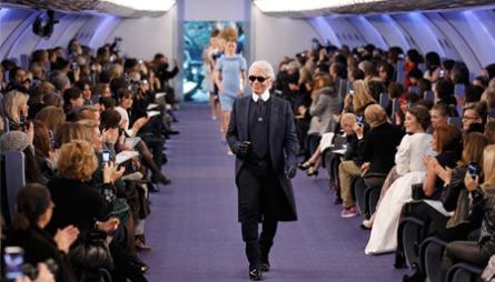 MOTERIKTIG FLYTUR: Karl Lagerfeld under Chanel sin Couturevisning