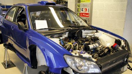Mads Østbergs Subaru strippet og klar for montering.