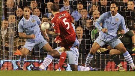 FIKK STRAFFE: Liverpool ble tildelt straffespark da Daniel Aggers avslutning traff foten og deretter armen til Manchester City-spiller Micah Richards i den andre semifinalen i Ligacupen. (Foto: Martin Rickett/Pa Photos)