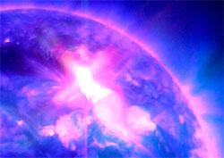 Lysblaffet og røntgenstrålene traff oss noen minutter etter utbruddet mandag morgen. (Foto: NASA)
