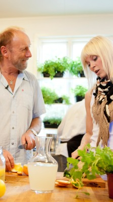 Halvdan Sivertsen og Bertine Zetlitz lager mat på kjøkkenet.