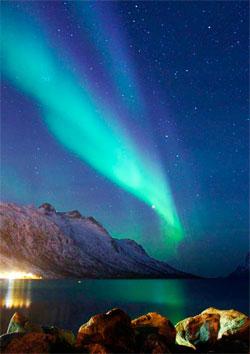 Tirsdag ettermiddag fanges skyen av ladde partikler opp av jordens magnetfelt, og gir oss mer nydelig nordlys. Dette bildet ble tatt natt til tirsdag i Eresfjorden på Kvaløya.  (Foto: Kine Jeanette Nordby)