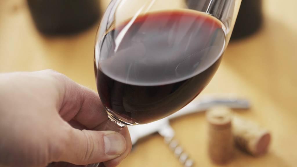 VINSALGET OPP FIRE MILLIONER LITER: Nordmenn drikker mer vin og mindre øl. (Foto: Colourbox/)