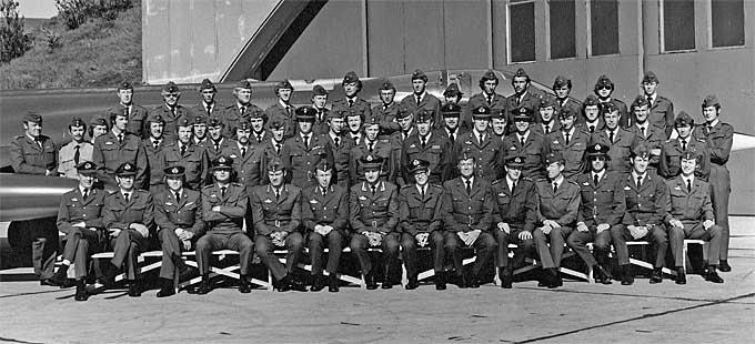 I KONGENS KLÆR: Norwegian-grunder Bjørn Kjos tjenestegjorde   i 334-skvadronen på Bodø flystasjon. Dette gruppebildet er trolig tatt   i 1974. (Foto: Gjengitt med tillatelse)