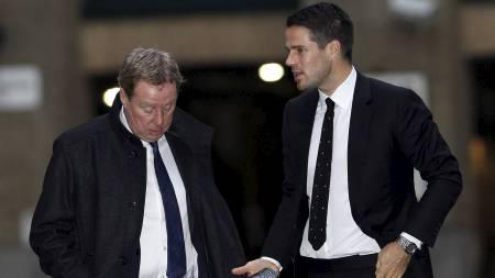 Harry Redknapp og sønnen Jamie Redknapp i Southwark Crown Court   i London. (Foto: SUZANNE PLUNKETT/Reuters)