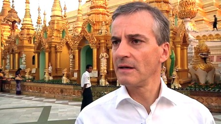 HANDLER: Utenriksminister Jonas Gahr Støre har ledet en delegasjon norske politikere og bedrifter på tur til Myanmar. Nå har Norge løftet på handelsrestriksjonene mot det tidligere militærdiktaturet.  (Foto: Aage Aune/TV 2)