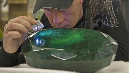 AUKSJONERES BORT: For to uker siden kjøpte kanadieren Regan Reaney smaragden i India - for en hemmelig sum. Nå er den verdsatt til i underkant av sju millioner kroner. (Foto: Reuters)