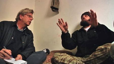 TV 2s reportasjeteam med Pål T. Jørgensen og fotograf Frode Hoff reiste mandag inn til den syriske byen Zabadani, hvor opprørsstyrkene fremdeles har kontroll. Her er Jørgensen i samtale med kommandanten i Den frie syriske armé. (Foto: Frode Hoff/TV 2)