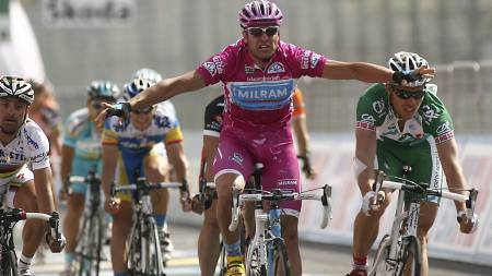 Alessandro Petacchi spurter til seier på den sjuende etappen av Giro d'Italia i 2007. Thor Hushovd ble nummer to, men fikks enere seieren på grunn av at Petacchi ble tatt for doping. (Foto: ALESSANDRO TROVATI/AP)