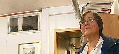 FULLT AV STØV: Smittevernprofessor Bjørg Marit Andersen viser en ventilasjonsliste som nesten er dekket av støv. (Foto: Jon Eirik Olsen)