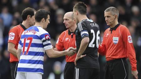 Lagene fikk ikke håndhilse på hverandre før QPR-Chelsea, men det gjorde kapteinene og dommerne. Her hilser Joey Barton på John Terry. (Foto: Stephen Pond/Pa Photos)