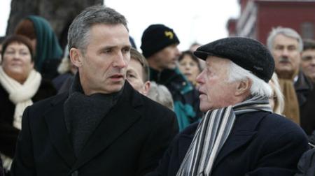 MINNEMARKERING: Samuel Steinmann satt ved siden av statsministeren under minnemarkeringen på Akershuskaia fredag.  (Foto: SCANPIX)