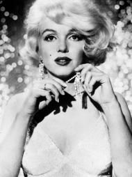 «SOME LIKE IT HOT»: Marilyn Monroe er blant verdens fremste sexsymboler og moteikoner. Nå er antrekkene fra filmen «Some Like It Hot» på utstilling.