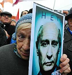 En moskovitt viser under en demonstrasjon 10. desember hva hun synes om at Putin skal fortsette. (Foto: Scanpix)