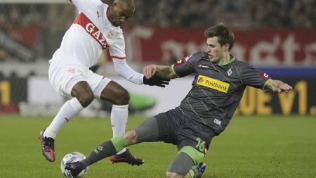 Borussias Mönchengladbachs Håvard Nordtveit takler Stuttgarts Cacaou. (Foto: Daniel Maurer/Ap)