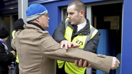 En fan blir kroppsvisitert før FA-cupkampen mellom QPR og Chelsea. (Foto: OLLY GREENWOOD/Afp)
