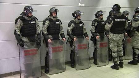 Serbisk politi passer på at alt går bra for seg under håndball-EM. (Foto: TV 2/)