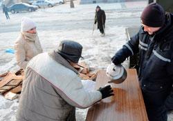 I Lviv i Ukraina deles det nå ut varm suppe og te på gaten. (Foto: Afp)