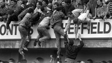 1989: Desperate mennesker forsøker å komem seg unna trengselen som oppsto under kampen mellom Liverpool og Nottingham Forest. (Foto: David Giles/Pa Photos)