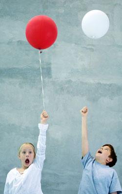 En heliumballong veier mindre enn luft, og stiger opp. (Foto: Colourbox)