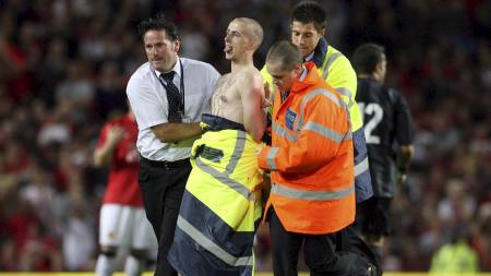 DEKKET TIL: Denne karens edlere deler ble skjult etter at vaktene fanget ham under oppgjøret mellom Manchester United og Inter på Old Trafford i 2007. (Foto: PAUL ELLIS/AFP)