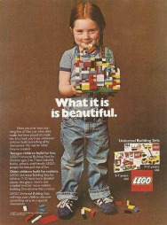 Denne 30 år gamle Lego-reklamen, der jenta bygger helt vanlig Lego, går  verden rundt i sosiale medier. (Foto: Faksimile)