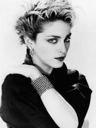 MOTEIKON: Madonna vokste frem som et moteikon tidlig på 1980-tallet.   Her fra 1983 med blondt hår og mørke røtter, rødmalte lepper og tilbehør.