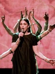 SPIRITUELT: Madonna lot seg inspirere av Østens mystikk med   hennatatoveringer og flagrende gevanter.